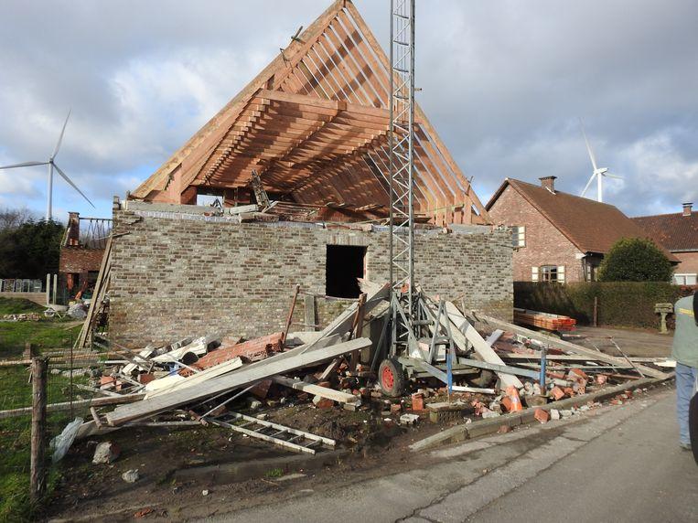 De gevel van de tweede verdieping van een huis in aanbouw kwam naar beneden.