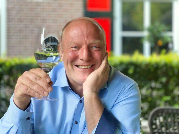 Horecaman Tobias Haagsma biedt student Pieter een gratis bruiloft aan.