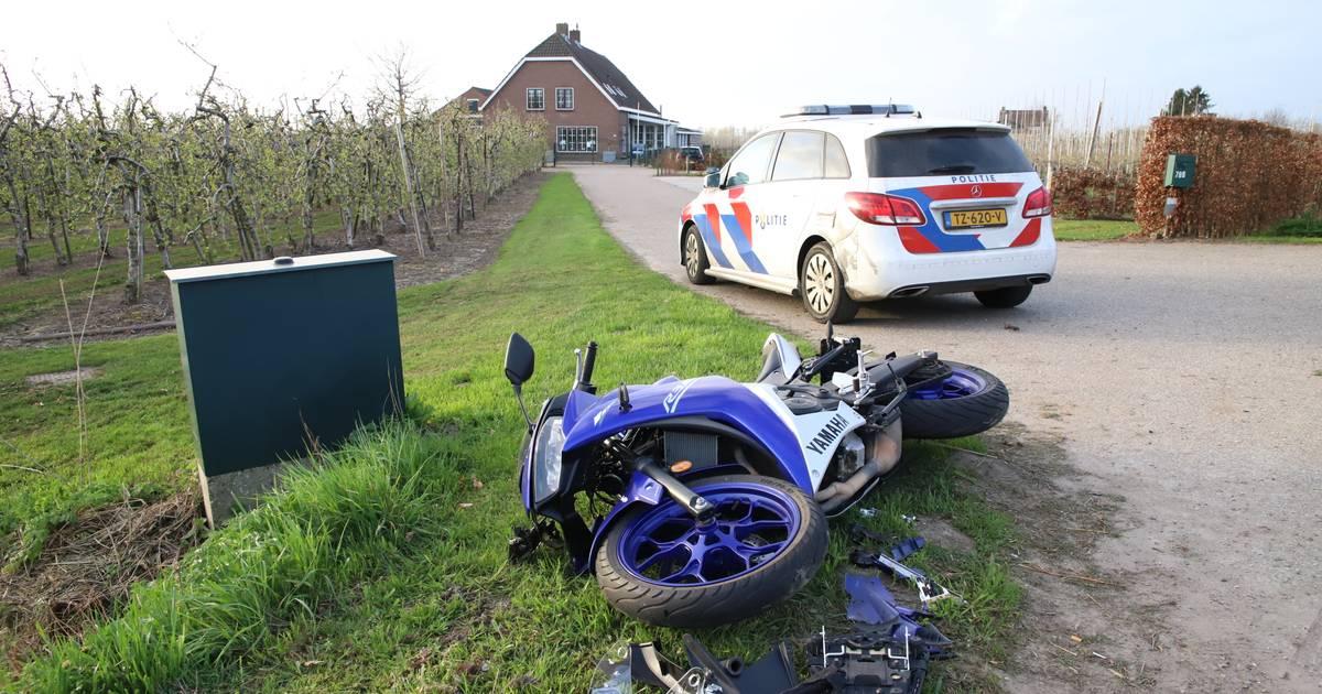 Motorrijder klapt tegen verkeersbord na botsing met bedrijfsbus in Meteren.