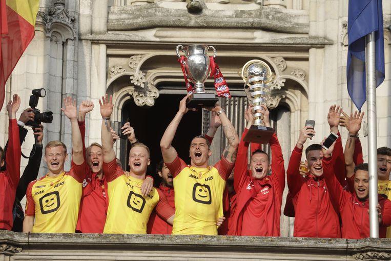 De spelers van KVM vieren de bekerzege op het balkon van het Mechelse stadhuis.
