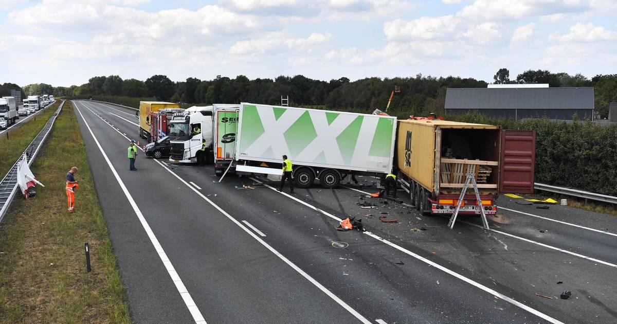 Vrachtwagen met gevaarlijke stoffen betrokken bij ongeluk A67, weg dicht richting Eindhoven.