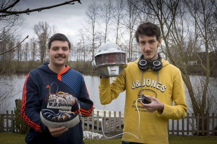 Kaj Wortel (links) en Valentin Thonen (rechts) met hun zelfgebouwde helm.