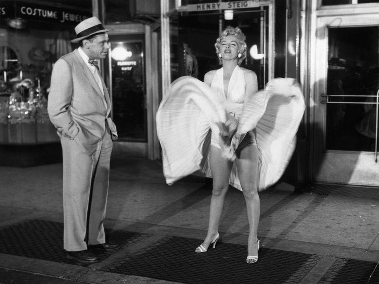 Marilyn Monroe en Tom Ewell in The Seven Year Itch (1955). Beeld Bettmann Archive