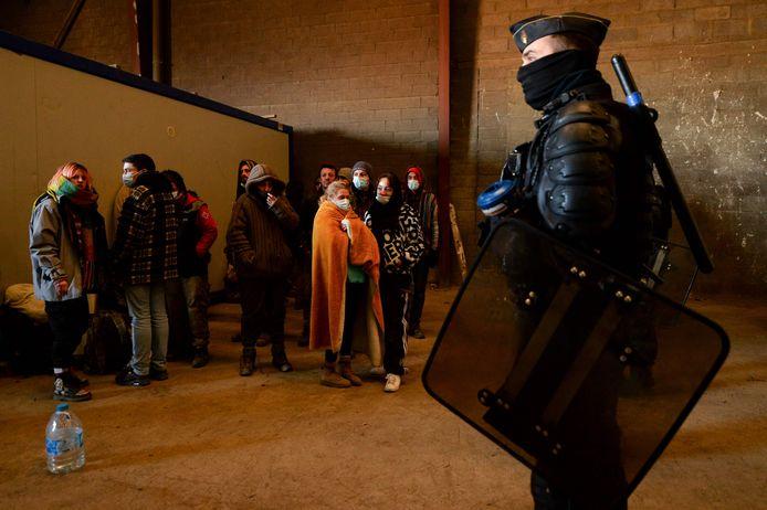De Franse Gendarmerie omsingelt de laatst overgebleven feestvierders in de 'leegstaande' hangar in Lieuron. Zo'n 2.500 jongeren vierden hier nieuwjaar, 36 uur aan een stuk.