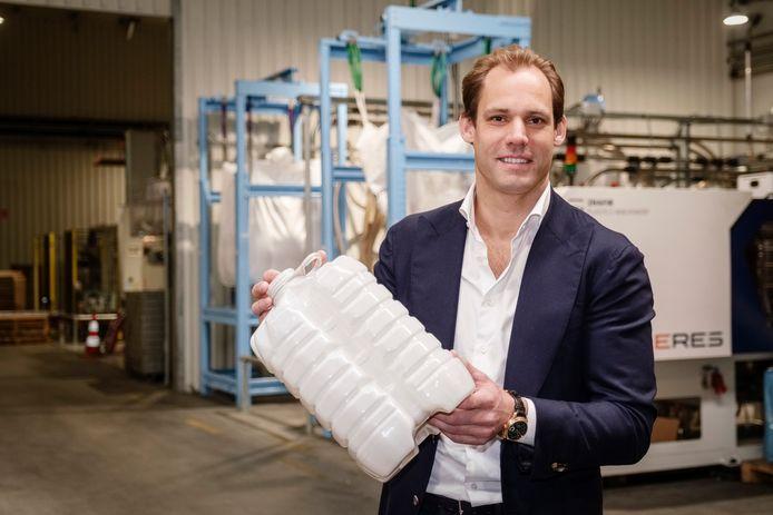 Paul Harkema in de fabriek van Pet Innovators, waar kunststof producten zoals flessen voor zelf te vullen jus d'orange in de supermarkt en andere verpakkingen worden gemaakt.