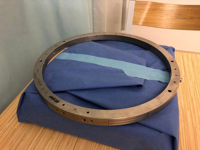 Ring van het Medisch Spectrum Twente die tegenwoordig wordt vastgeschroefd op de schedel van een parkinsonpatiënt om elektroden precies op de juiste plek in het hoofd te kunnen brengen.
