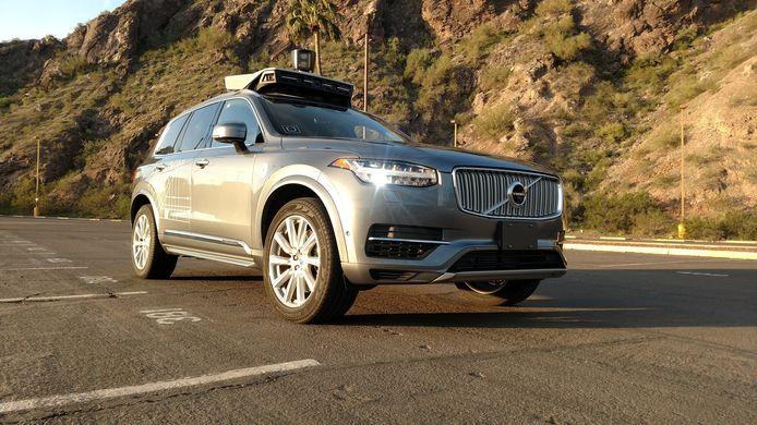 In de Amerikaanse staat Arizona zijn de afgelopen jaren al tientallen aanvallen uitgevoerd op zelfrijdende auto's. Niet alleen Uber, ook Waymo, een zusterbedrijf van Google, voert daar testritten mee uit in de omgeving van Phoenix. Banden zijn lek gestoken, de wagens worden van de weg gedrukt en met stenen bekogeld en de inzittenden ervan zijn bedreigd met pistolen en buizen. Anderen proberen de auto's hun wijk uit te schreeuwen, meldde de krant The New York Times.
