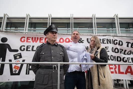 Edwin Wagensveld in een dwangbuis tijdens zijn speech voor het stadhuis in Arnhem.