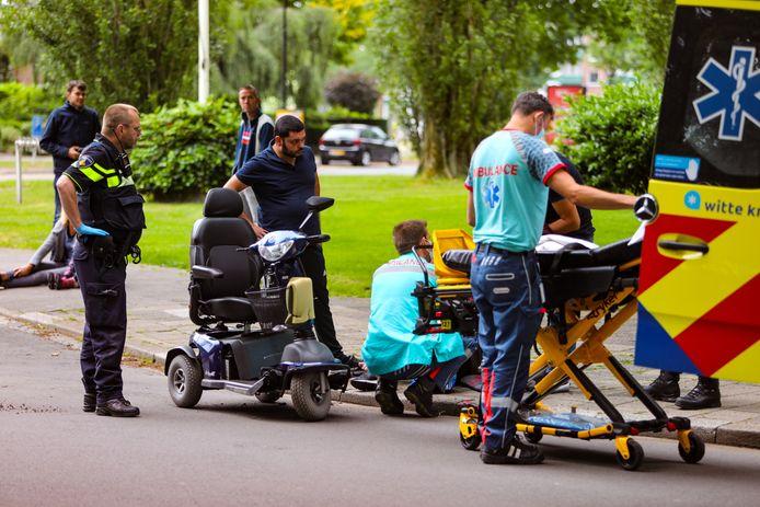 Op de kruising  van de Henri Dunantlaan en de Sprengenweg in Apeldoorn botste een scootmobiel op een auto.