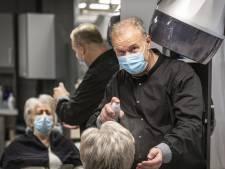 René trots op 60-jarig bestaan van salon in Oldenzaal: 'Mijn ouders werkten dag en nacht, ik ben geen haar beter'
