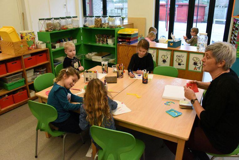 Kinderen aan de slag in een kleurrijke knutselhoek.