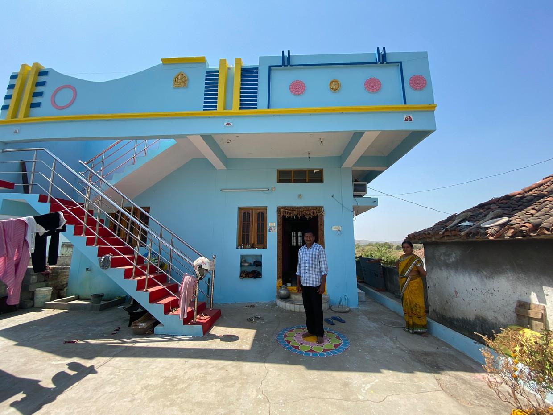 Ilapuram Thiruphirupathi en zijn vrouw Lathai voor hun nieuwe huis in het dorp Thippaipalli