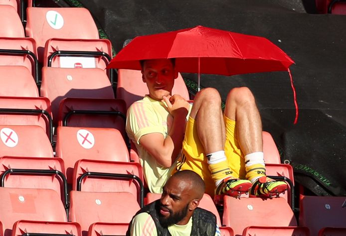 Özil's inbreng blijft de laatste weken beperkt tot de tribune.