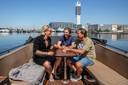 Hij vaart graag met familie en vrienden. Dit is de boot van Frans (rechts) en zijn tourmanager Ray zit in het midden.