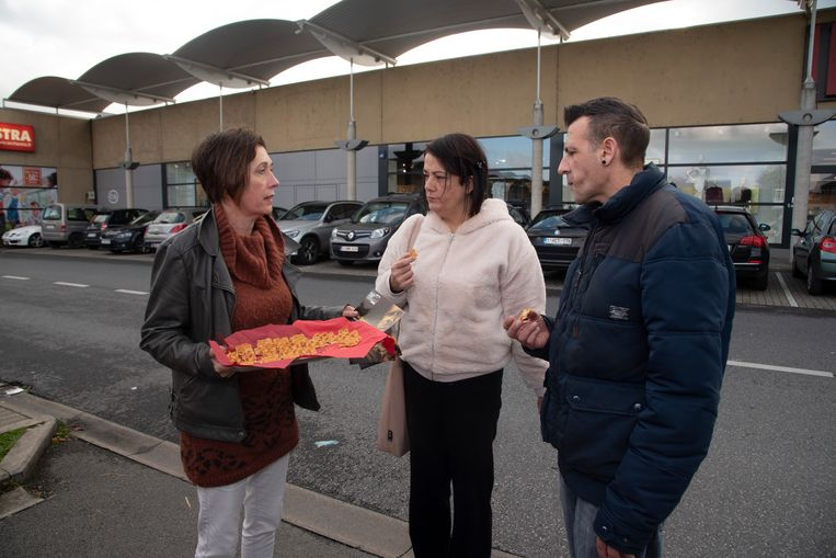 Geertrui Van Renterghem maakt promotie voor het stuk in Gent op de parking van het Frunpark in Wetteren