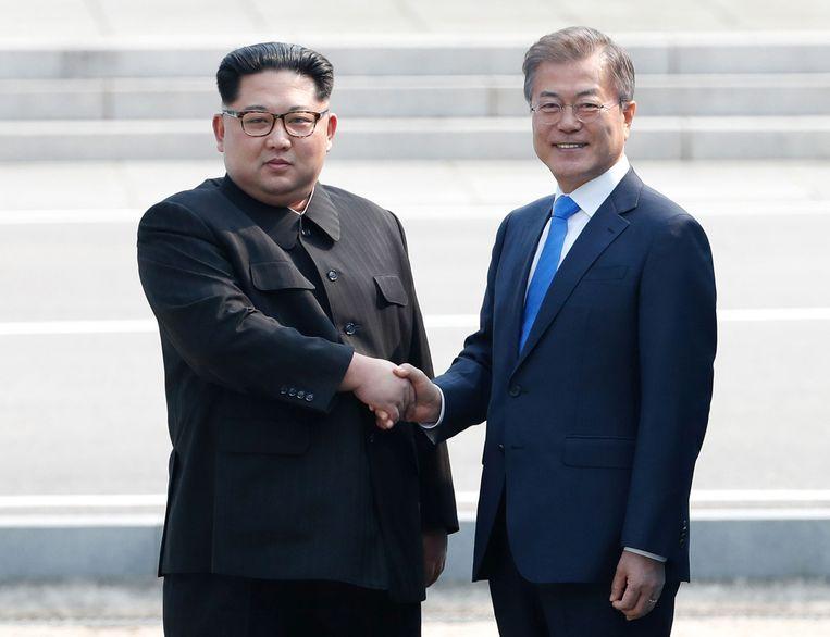 Leider van Noord-Korea, Kim Jong Un (L) en Zuid-Koreaans president Moon Jae-in (R) schudden elkaar de hand tijdens een vorige ontmoeting.