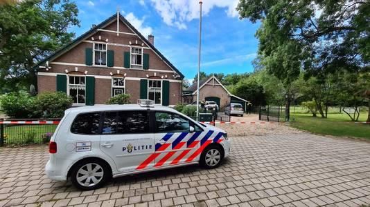 De politie onderzoekt een overval bij een woning aan de Harderwijkerweg in Laag-Soeren.