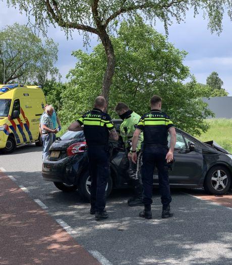 Bestuurster knalt met auto op boom in Silvolde en raakt gewond