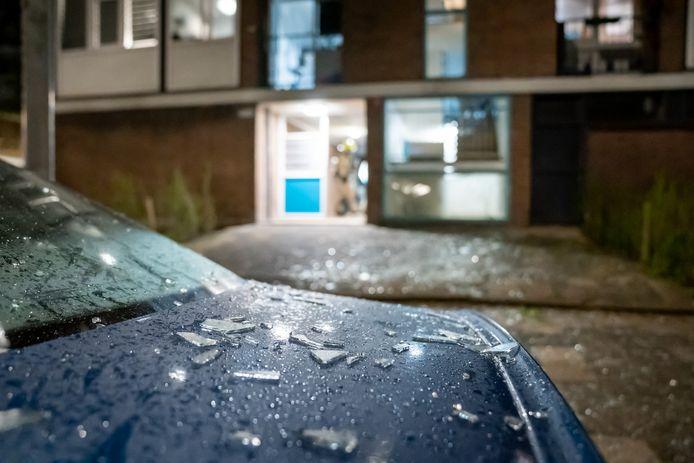 In de De Blécourtstraat in Rotterdam lagen na een explosie de straat en auto's bezaaid met glas.
