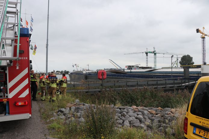 Hulpverleningsvoertuigen rukken uit nadat een man in het ruim van een schiep viel in de Beatrixhaven in Werkendam.