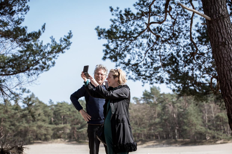 Schrijver, cineast en liefhebber van Claudespiegels Peter Delpeut en Kade-conservator Judith van Meeuwen met een Claudespiegel in de Soesterduinen. Beeld Natascha Libbert