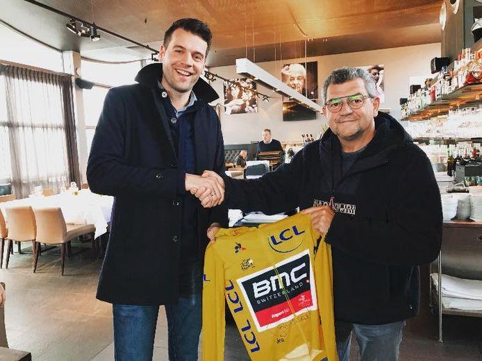 Alex Ternier (rechts) van De Schorre ontvangt de gele trui van Greg Van Avermaet.