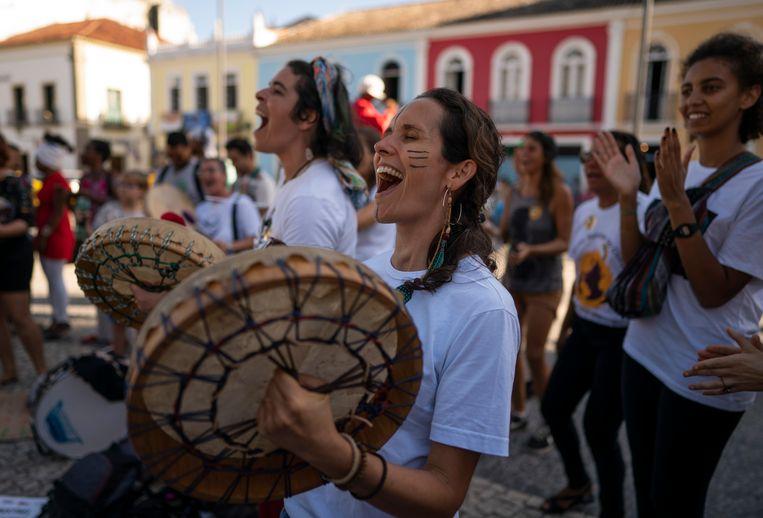 Demonstranten tegen het Braziliaanse milieubeleid in Salvador, waar milieuminister Salles aanwezig was bij een VN-workshop over de klimaatverandering. Beeld AP