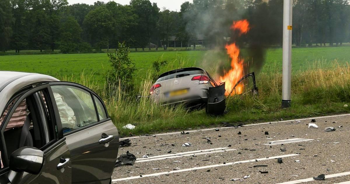 Auto vliegt in brand na frontale aanrijding op N731 bij Glane.