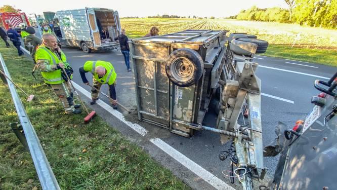 Aanhangwagen kantelt en verliest lading op N60: file richting Oudenaarde