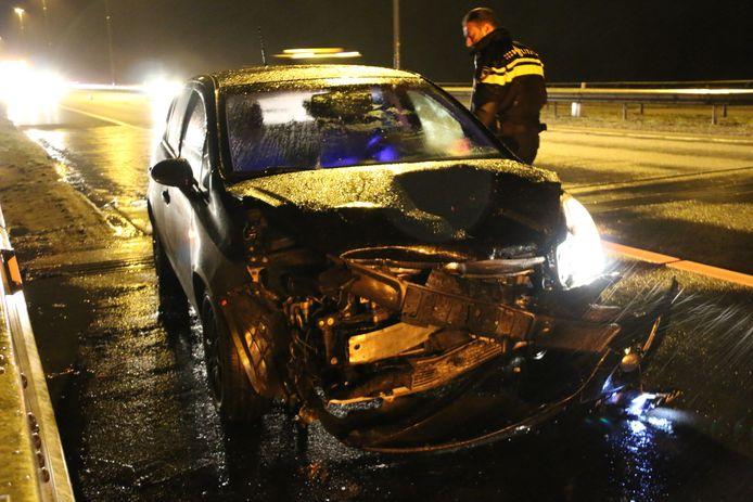 Een auto na een aanrijding op de A73 ter hoogte van Cuijk.