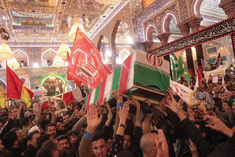 Irakezen dragen de kisten met de lichamen van Qassem Soleimani en negen anderen een graftombe binnen in de heilige stad Karbala.  Beeld null