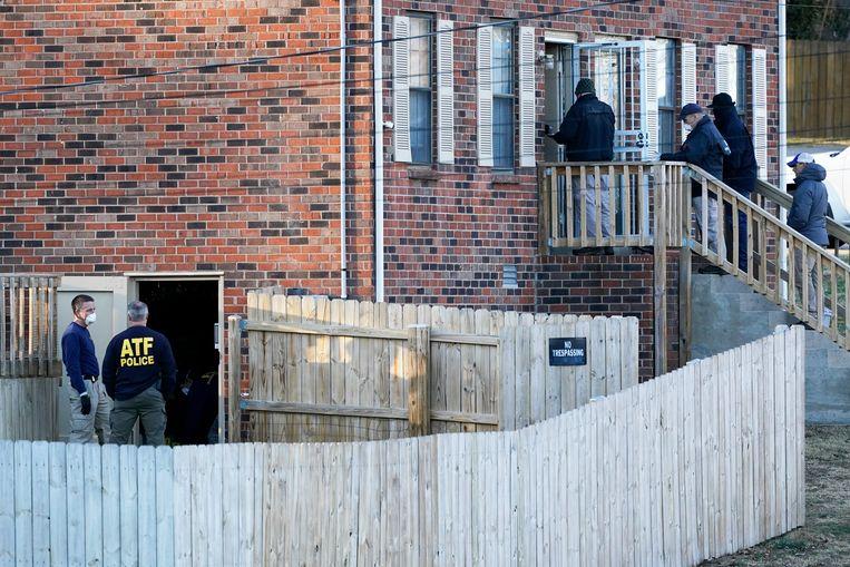 De FBI en lokale agenten doen een huiszoeking bij het pand van Warner in Antioch. Beeld AP