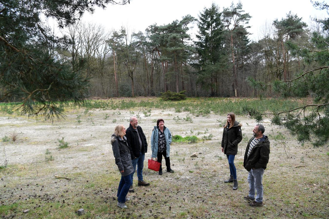 Op het braakliggende terrein in Rijen moeten tiny houses komen met een gezamenlijke schuur. Het project werd onder meer geïnitieerd door (v.l.n.r.) Marion Jansen, Walter Strijbos, Lidiam Strijbos, Shinouk Wientjes en Bart Jansen.
