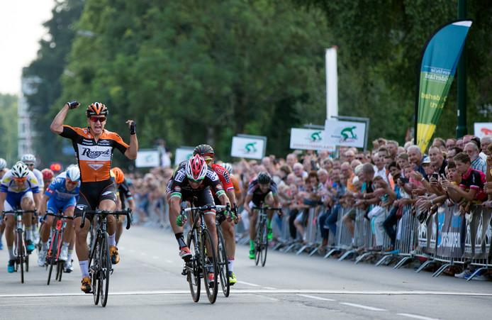 Dylan Groenewegen gaat juichend over de finish in Veenendaal in 2015.