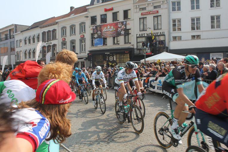 Doortocht van de Ronde van Vlaanderen op de Grote Markt in Aalst.