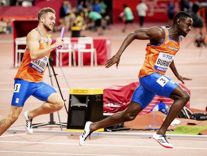Joris van Gool en Taymir Burnet tijdens de eerdere wissel op de 4x100 meter estafette op de wereldkampioenschappen
