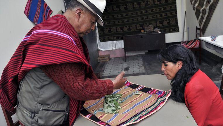Een patiënt bezoekt een lokale dokter die haar cocabladeren voorschrijft Beeld afp