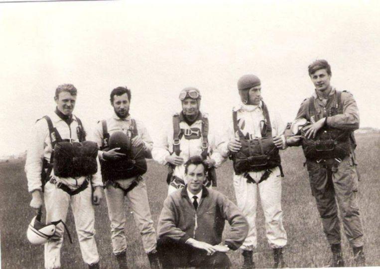 Pierre Coppens (uiterst rechts) en Jan Van Risseghem (gehurkt) op de luchthaven van Moorsele in 1965. Beeld RV