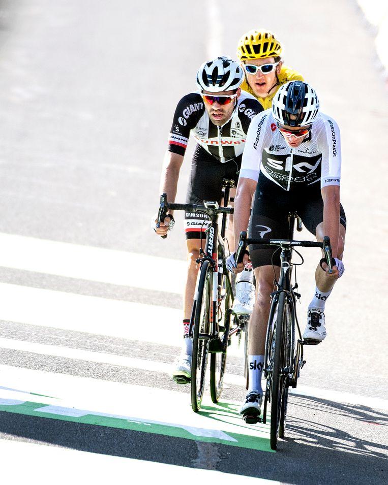 Tom Dumoulin tussen twee renners van Sky: Chris Froome en Geraint Thomas. Beeld Klaas Jan van der Weij/de Volkskrant