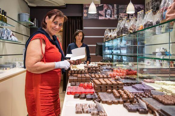 Miriam zal zaterdag voor de laatste keer doosjes met pralines vullen voor haar klanten.