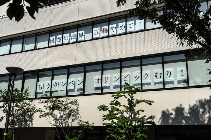 Overbelaste zorgwerkers van het Tachikawa Sogo Hospital in Tokio maken duidelijk wat ze van de Spelen denken: 'Stop de Olympische Spelen. Laat ons op adem komen'.