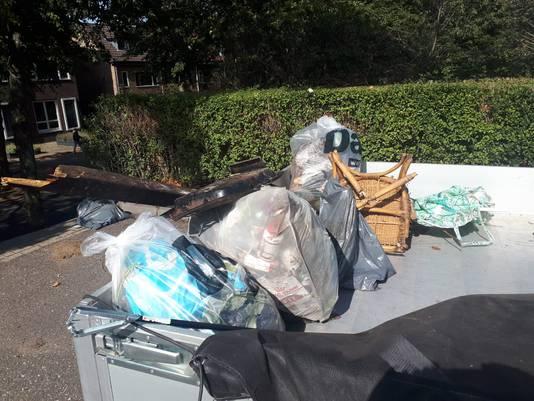 Een aanhanger vol afval, resultaat van een opruimingsactie in NIjmegen-West.