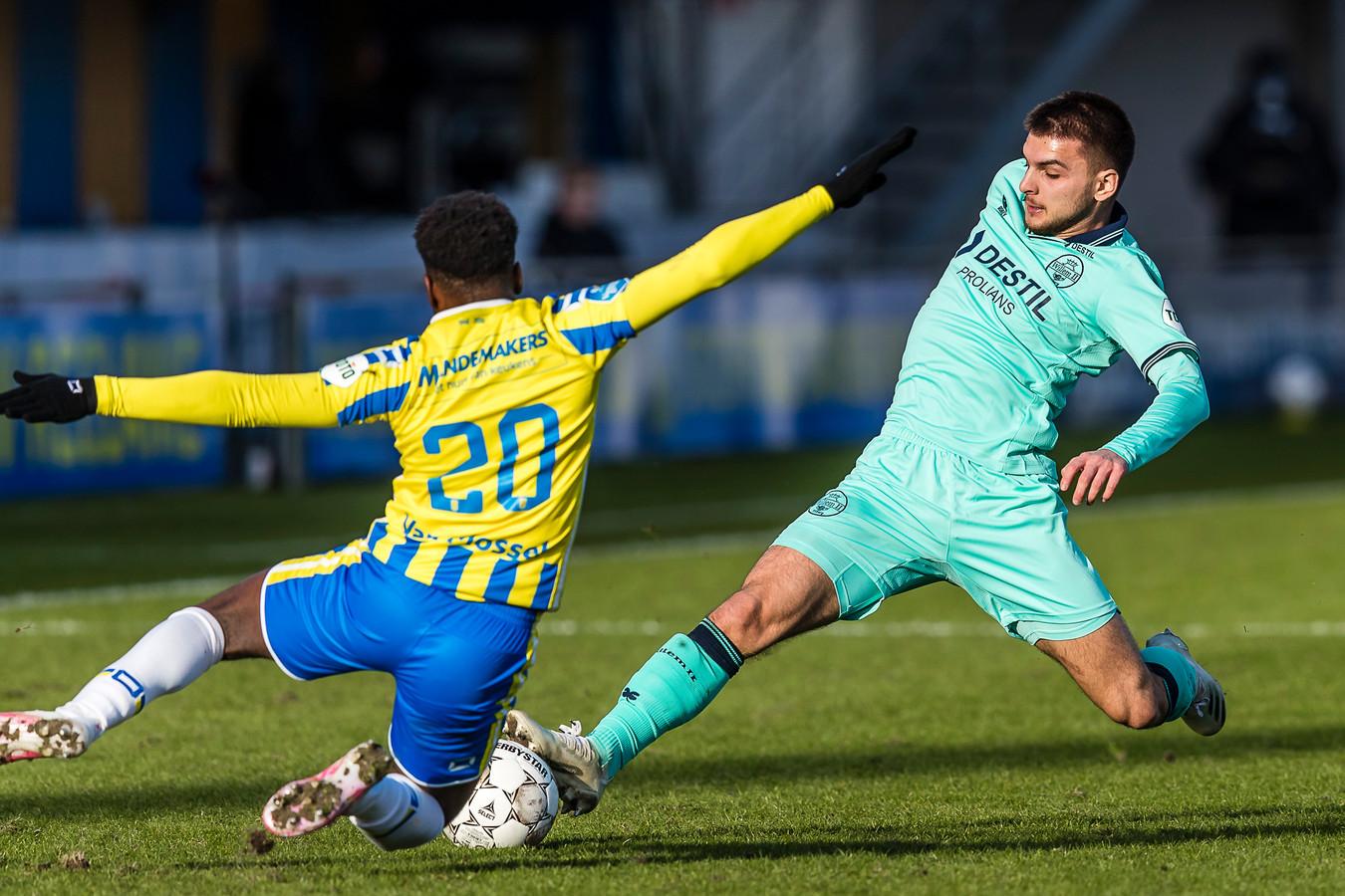 RKC'er Thierry Lutonda en Willem II'er Lindon Selahi in een duel om de bal tijdens de onderlinge ontmoeting van beide ploegen in Waalwijk dit seizoen, die in 1-1 eindigde.