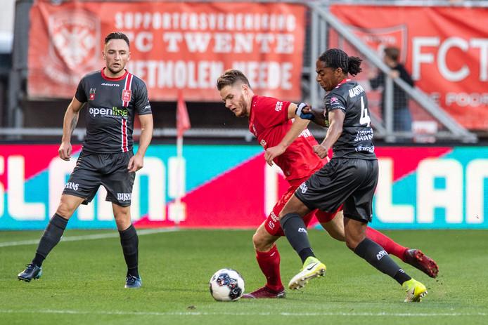FC Twente-spits Jari Oosterwijk in duel met Shermar Martina van MVV.