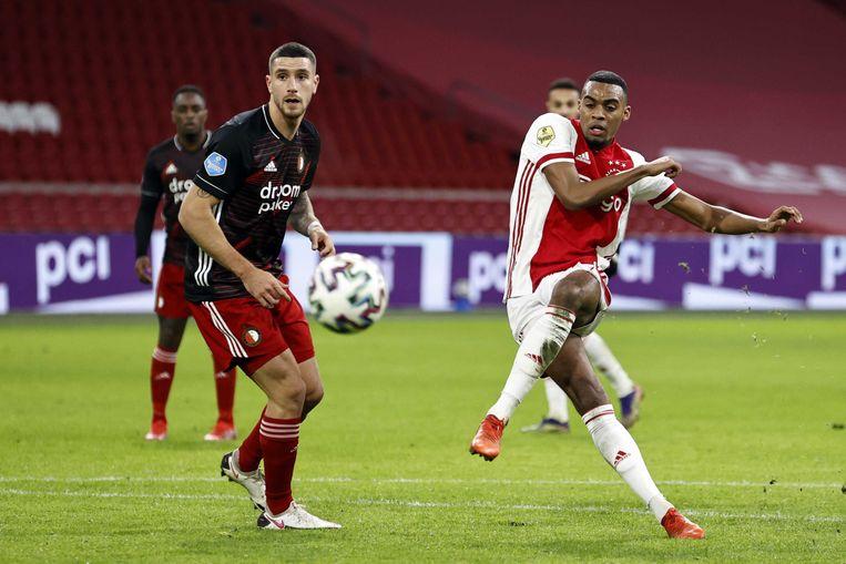 ajax-middenvelder Ryan Gravenberch schiet de 1-0 binnen, nadat hij Feyenoord-verdediger Marcos Senesi uitkapt. Beeld ANP