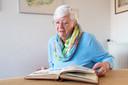 Babs Oudenhuijzen (75) is een van de oud-medewerkers die een plakboek vol foto's uit Moederheil ter beschikking stelde.