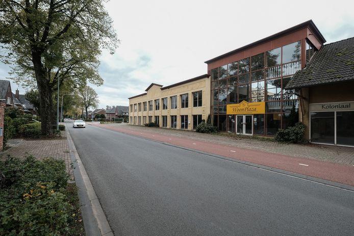 Het al jaren leegstaande Woonplaza pand in Gendringen. De gemeente ziet graag supermarkt Coop hier naartoe verhuizen.