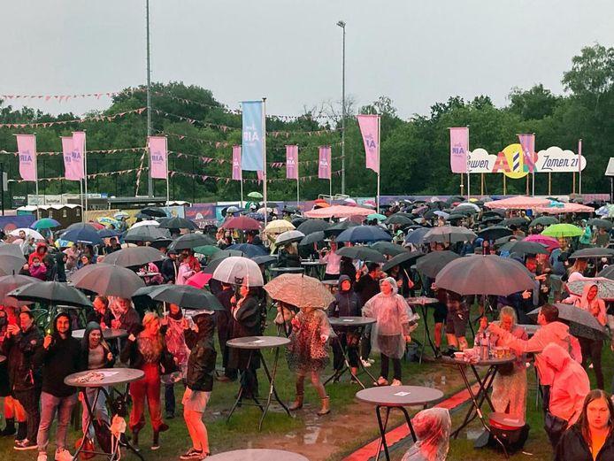 Met een paraplu in de hand bleef het publiek gaan.