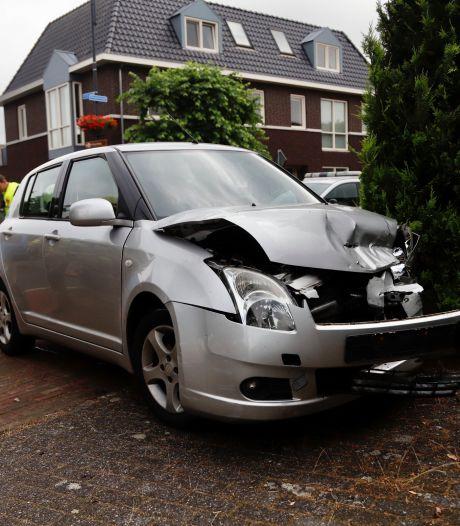 Botsing tussen twee auto's aan de Dorpsstraat in Ledeacker: bestuurder naar het ziekenhuis
