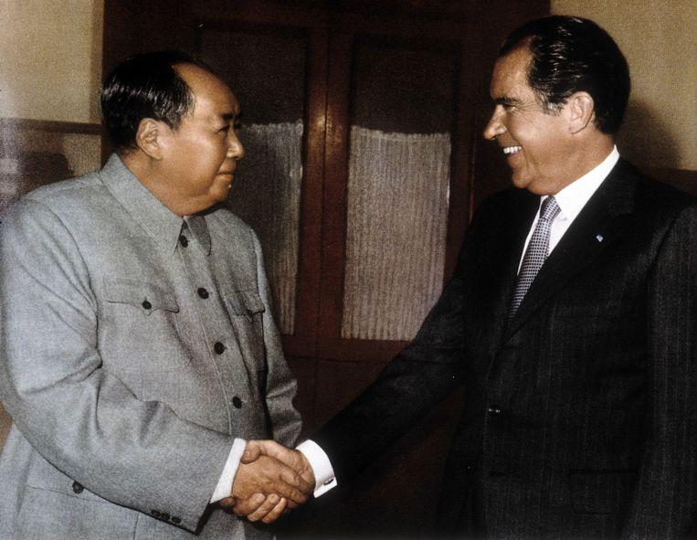 De Chinese leider Mao Zedong en de Amerikaanse president Richard Nixon geven elkaar de hand in 1972. Beeld BELGAIMAGE